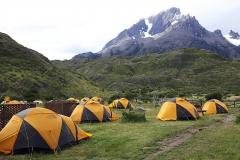 Bij-kleurige tenten bij refugio Paine Grande in Torres del Paine Nationaal Park